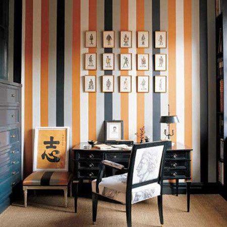 despacho_en_casa_pared_rayas_naranja_blanco_y_negro_escritorio_vintage_negro