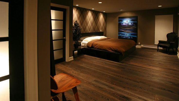 Современная Спальня с объемным обои, паркетные полы, высокие потолки, Modus Lucca платформы хранения кровати