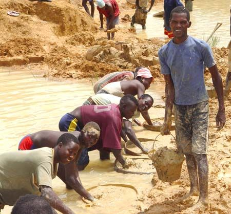 Diamond miners in Kono District. ◆Sierra Leone - Wikipedia https://en.wikipedia.org/wiki/Sierra_Leone #Sierra_Leone
