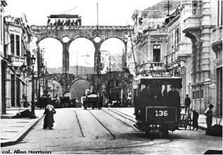 Bonde elétrico passando sobre os Arcos da Lapa a partir da Avenida Mem de Sá em 1900