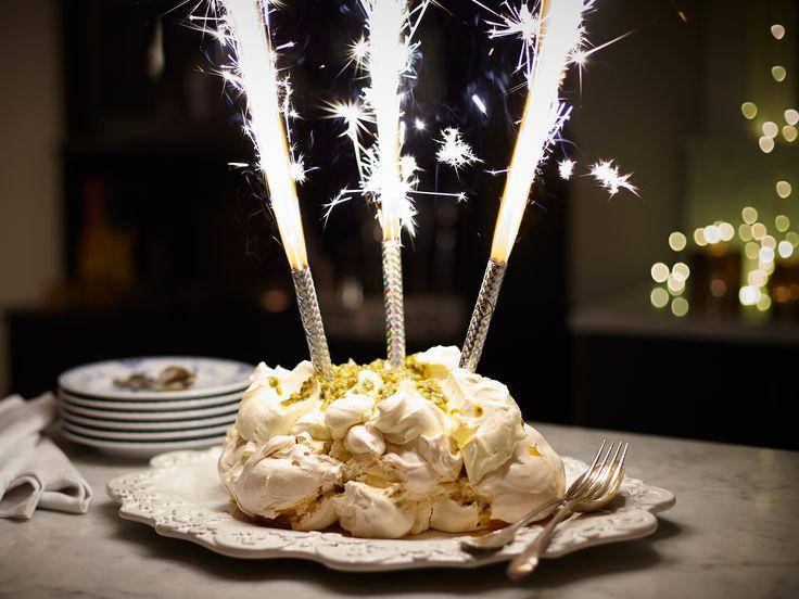 Vit chokladpavlova med pistage och passionsfrukt | Recept från Köket.se