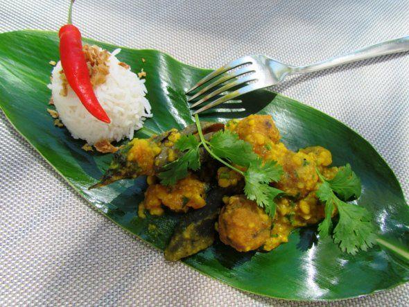 curry gâteaux piments et riz sur feuille banane
