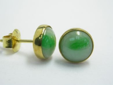 One pair of 14 karat yellow gold earrings. Two round cabochon jadetie jade (9.0 mm: natural greyish green colour with zones of brightness).