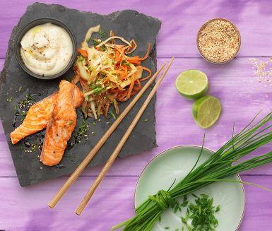 En färgstark sallad med en fräsch arom från lime, soja och ingefära.  Med en färdig råkostsallad är det enda du behöver göra att rosta sesamfrön att blanda samman med övriga ingredienser. Servera som tillbehör till basmatiris, lax eller kyckling.