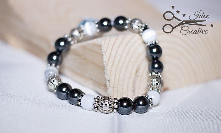 Bracciale elastico con perle bianche, perle color acciaio e sfere in metallo lavorate. Fatto a mano. Per info contattami