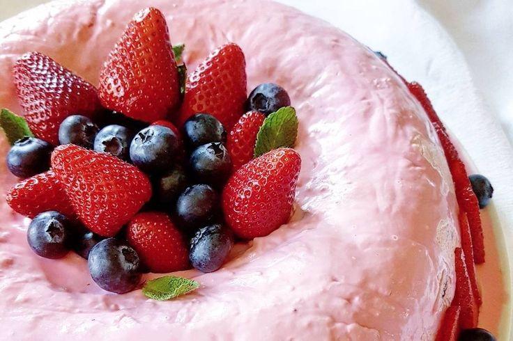 La ciambella cremosa alle fragole è un dolce al cucchiaio fresco e dal sapore molto delicato, ideale per le giornate più calde. Ecco la ricetta