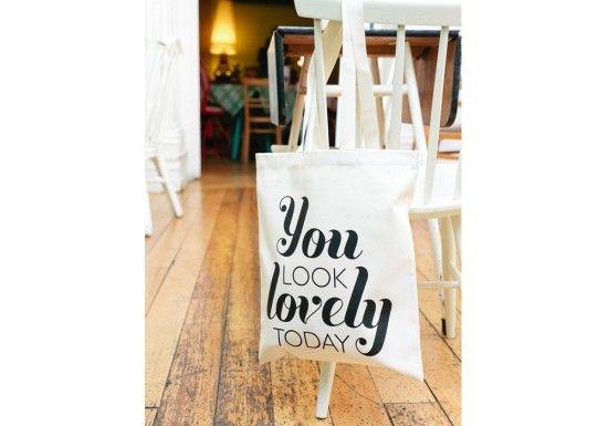 """Alphabet Bags est une marque anglaise d'accessoires, qui met l'accent sur la simplicité, le beau et la gaieté. Shopping bag """"You look lovely"""" Un petit compliment pour se faire plaisir, sérigraphié en noir sur fond beige naturel. Très pratique et solide, il peut servir de sac à main, ou de sac shopping à glisser dans son sac à main, à emporter à la plage..."""
