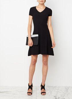 Fijngebreide jurk Silvya van HUGO in zwart. Dit verfijnde ontwerp is vervaardigd uit een aangename materiaalmix, heeft een aansluitend lijfje en is voorzien van een licht uitlopende rok. Het jurkje is daarnaast uitgerust met korte mouwtjes en een V-hals.