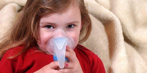 Bei der Behandlung von Bronchitis kann Inhalieren wahre Wunder wirken. Wie das Inhalieren bei Bronchitis richtig gemacht wird, lesen Sie hier.