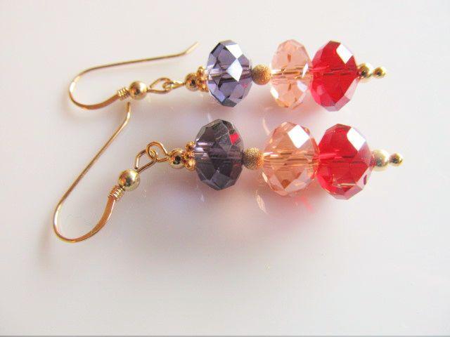 Oorbellen Shiny Colours kristalglas facet rondellen in rood, roze en paars met stardust en gouden ronde kraaltjes.