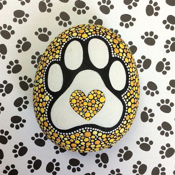 Un perro es la única cosa en la tierra que te ama más que ama a sí mismo. - Josh Billings  Para los amantes de perro por todas partes!  Inspirado por mi amante perro pimienta, un hermoso rescatado alma si siempre había uno, cachorro pata las piedras son mi homenaje a todos los perros por todas partes y la superficie lisa de estas piedras es una superficie tan maravillosamente natural para pintar en.  Diseñado en una hermosa mezcla de amarillos y naranjas en un impar en forma de piedra, este…