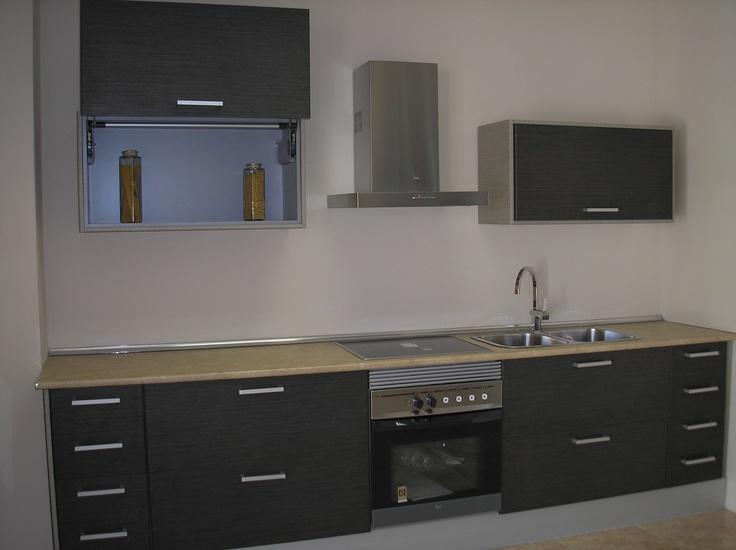 Cocina modelo kenia oscuro con muebles altos apaisados por - Cocinas con muebles oscuros ...