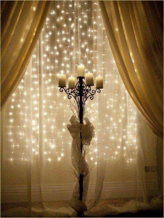 Lichtervorhang hinter dünnem Stoff - leuchtende Schneeflocken!