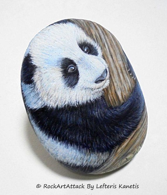 Orso di Panda gigante su una mano di albero dipinta pietra! È dipinto con acrilico pitture, rifinito con protezione vernice lucida di alta qualità.