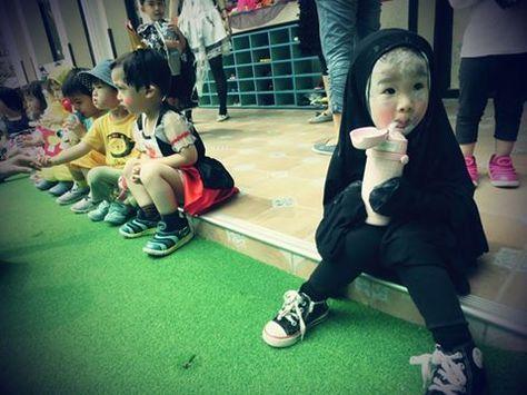 世界中で盛り上がったハロウィンで、圧倒的な存在感を発揮した女の子の画像が急速にシェアされている。「千と千尋の神隠し」のカオナシに仮装した女の子。  ベトナム ホーチミンの幼稚園にて。