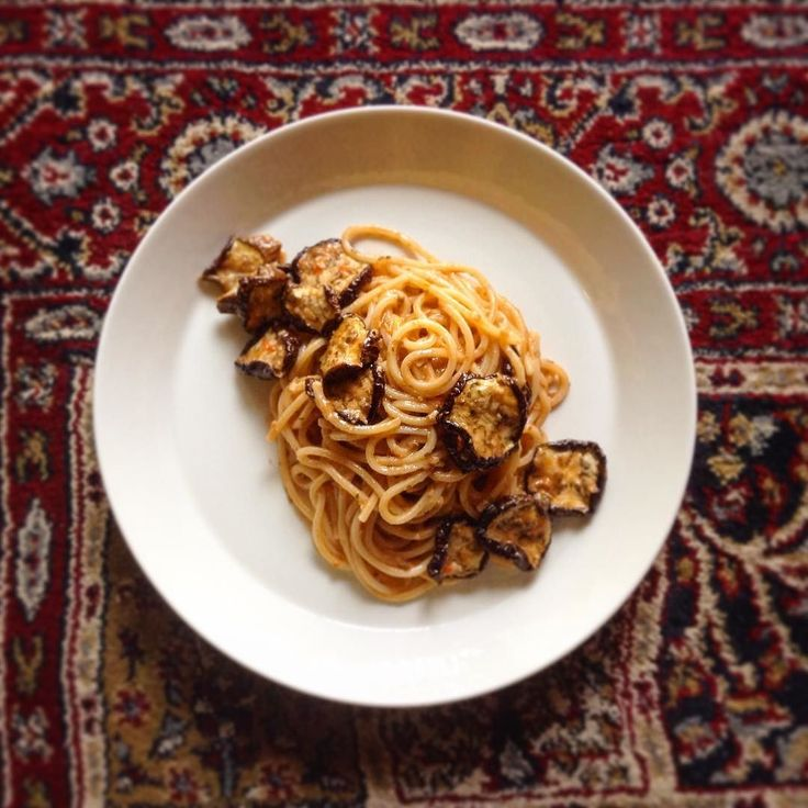 Spaghetti al pesto di capperi con melanzane secche  Tradizione della Pantelleria in Sicilia  干し茄子とケッパーのペーストのスパゲッティ  新しい味覚との出会いは感動的だ  シチリアのパンテッレリア島で有名なケッパーそれを使ったペースト 身近なものばかりだという人はすぐに実践すべきうまさ  軽く塩抜きした塩漬けケッパー30g バジリコ2枚 ホールトマトの身の部分60g アーモンドスライス15g オリーブオイル30g  全部回すアーモンドの食感が残る程度に  パスタに絡めるだけで幸せになる…