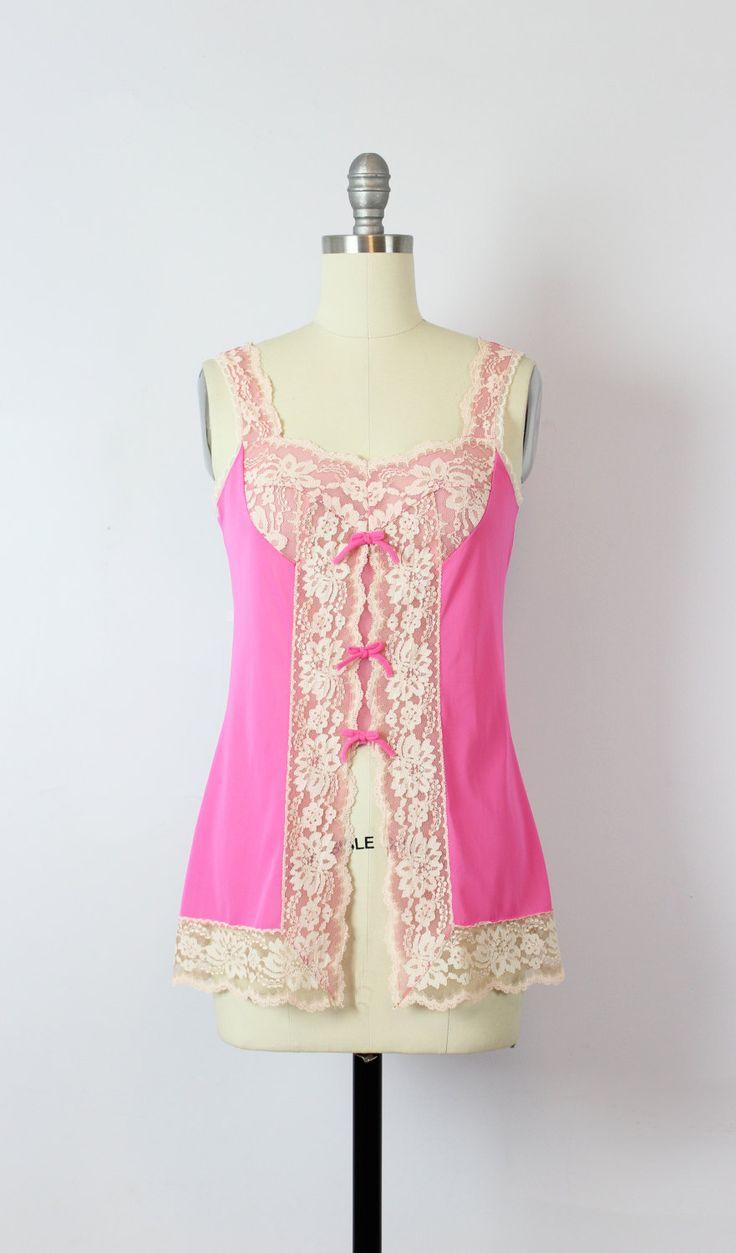 Vintage 1960s hete roze hemd top met pure crème floral lace trim. Drie…