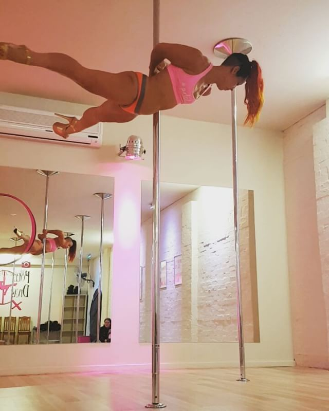 Drops on spin are my favourite thing! Trying this for the first time! I'm calling it #sharkiedrop correct me if there's a proper name! #firsttimer #missfilly #afterclasstraining and #addictedtopole at @poledivas #mooneeponds #pdmp #spinpole #dropandroll #spinanddrop #dropitlikeitshot #asspower #buildyourbooty #forthis #tipsandtricks 😂