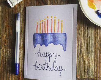 Dit is een kleurrijke handgemaakte verjaardagskaart, met aquarel accenten.  Elke kaart is gemaakt op bestelling en per uw verzoek kan worden aangepast.  DAT WIL ZEGGEN Kleur van het lettertype kan worden gewijzigd, evenals de aquarel taart.  Voorzijde van kaart: uw kaart kan worden gepersonaliseerd met een naam die handgeschreven op de voorkant, kosteloos. Gelieve te adviseren van de personalisatie die u in de sectie Opmerking aan verkoper wenst bij de aankoop. Natuurlijk, is geen…
