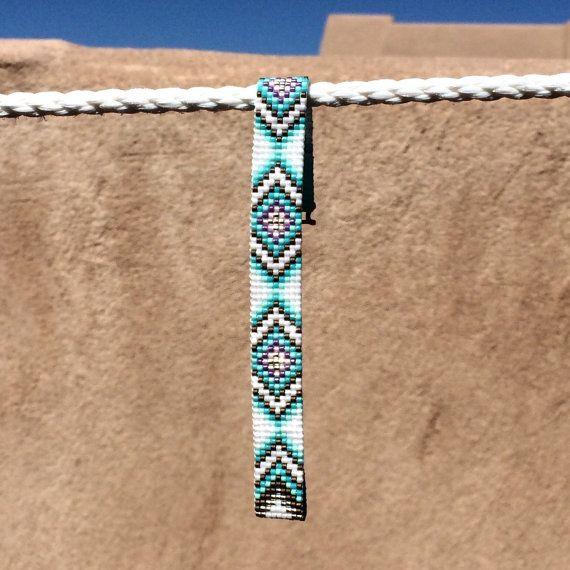 Deze Tribal diamanten Bead Loom armband werd geïnspireerd door alle mooie Native en Latijns-Amerikaanse patronen die ik zie om me heen in Albuquerque, New Mexico. Zoals met al mijn stukken, heb ik het op een weefgetouw kraal met grote zorg en aandacht voor detail gemaakt.  BELANGRIJKE opmerking: Gelieve te meten uw pols zorgvuldig door voordat u de plaatsen van de orders, zodat een goede pasvorm. Deze armbanden zijn niet verstelbaar.  De kralen gebruikt in dit stuk zijn mijn favoriet - glas…