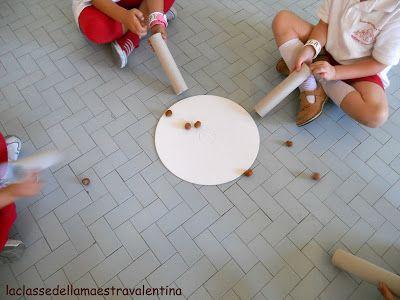Vi è mai capitato di guardare come i bambini riescono a divertirsi con poco? Sono capaci di stare ore e ore a giocare con due pezzetti di le...