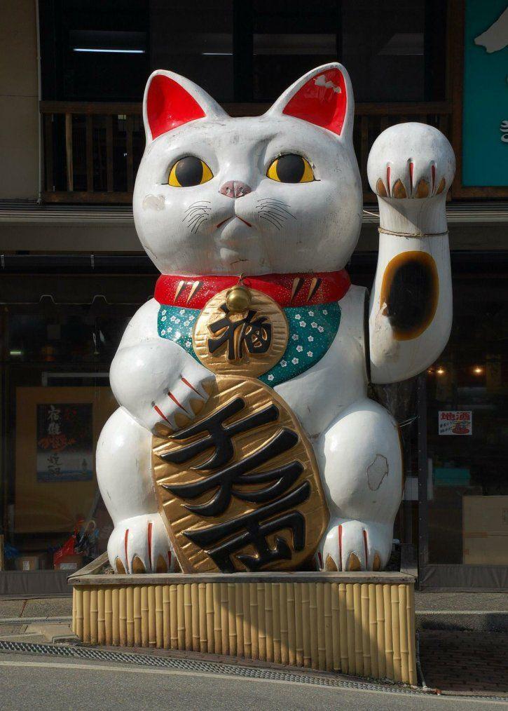 Giant maneki neko statue