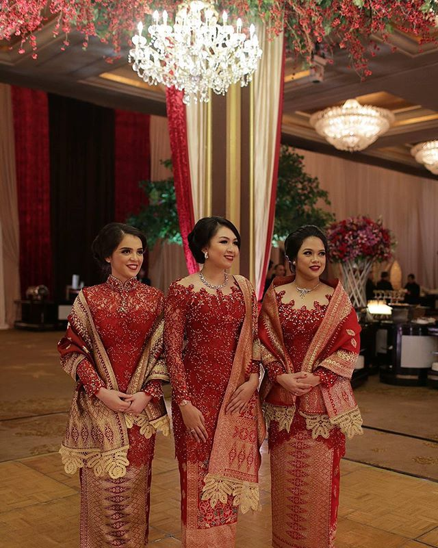 Sisters from #landiwandawedding in #askyfebrianti #kebaya tetep foto kece dr @fotologue_photo