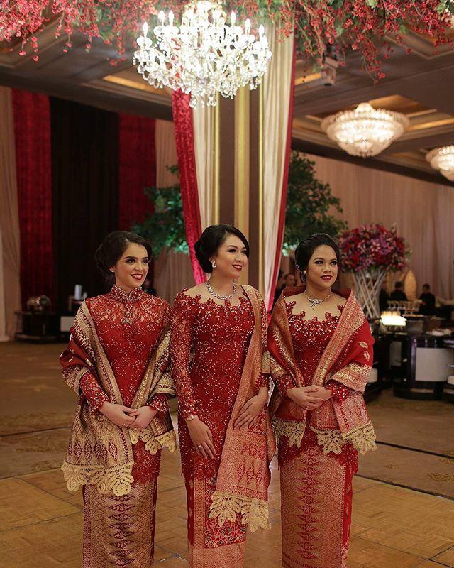 Sisters from #landiwandawedding in #askyfebrianti #kebaya tetep foto kece dr @fotologue_photo