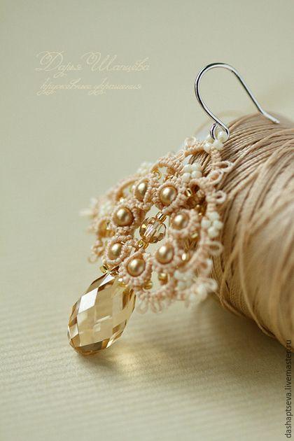 Нежные ажурные серьги для невесты с кристаллами Сваровски цвета Golden Shadow. Сочетание кружева серег и жемчуга, бусин Сваровски, японского бисера подчеркивают нежный и женственный образ.