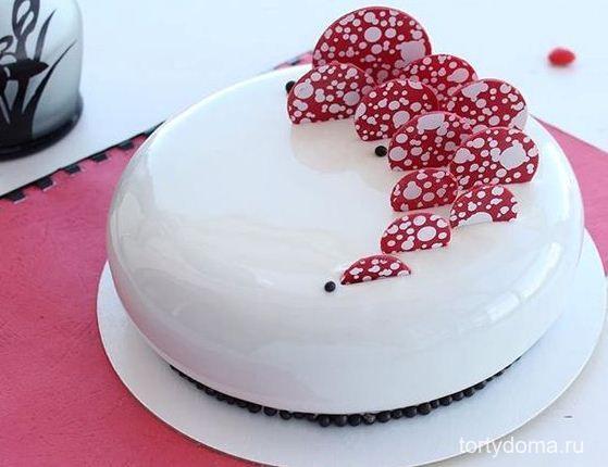Рецепт белой глянцевой глазури для торта  Такая глазурь хорошо подходит для муссовых тортов, ее можно использовать для украшения муссовых пирожных и различных десертов. Покрывать белой глазурью нужно замороженный торт.  Тогда поверхность десерта становится гладкой, и глазурь идеально ложится. В нее можно добавить сухой краситель, растворимый кофе, кофейный экстракт — получатся красивые цветные варианты. Вкус глазури хорошо оттенит щепотка ванили.  Ингредиенты:  ➕молоко 125 мл ➕сливки 125 мл…