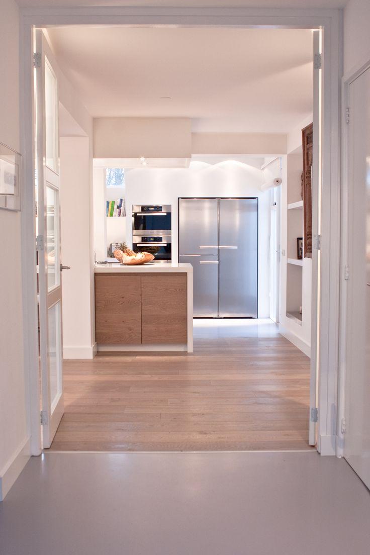 Mooie combinatie gietvloer aangesloten op europees eiken houten vloer donker gerookt + extra wit van MoreFloors
