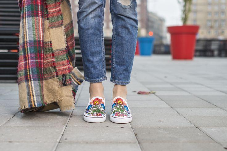 Ręcznie robione buty z ludowym wzorem. Żródło: http://mon-cherries.blogspot.com/2014/12/f-o-l-k-hand-made-slip-on.html