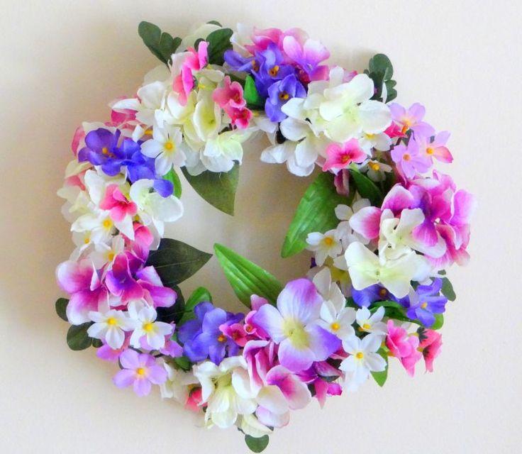www.abgHomeArt.pl Wianek na drzwi. Ręcznie wykonany wianek wiosenny na podstawie z białej wikliny o średnicy 25 cm pełen kwiatów w różnych odcieniach różu, fioletu i bieli. Udekorowany między innymi kwiatami hortensji i fiołka.  Efektowna i wyjątkowo elegancka dekoracja, która pięknie przyozdobi drzwi, okno, czy też kominek. Można go powiesić lub może służyć jako stroik. Easter decorating ideas for the home, easter wreaths, inspiration, pretty flowers, kwiaty, wiosna, spring, wianek…