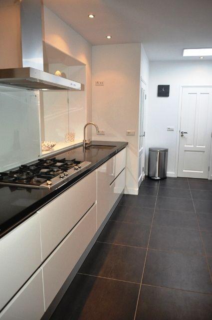 hoogglans witte design keuken met zwart granieten blad
