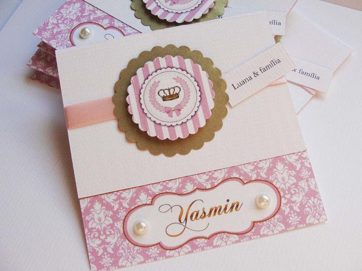 Convite Personalizado Realeza - Coroa de Princesa Rosa e Dourado <br>Acompanha fita de cetim e tags duplas em relevo, e pérolas. <br>Não acompanha envelope. <br>* Valor referente ao convite SEM tag com nome do convidado, para adicionar as tags ao seu convite acrescenta-se R$ 0,25/unid. <br>Medidas: <br>Fechado: 10x10cm <br>Aberto: 10x17cm