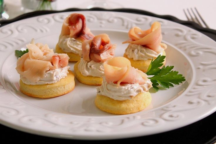 I biscottini al formaggio con mousse di olive e pesce spada affumicato saranno un antipasto molto raffinato ed originale, perfetto da servire nei giorni di festa o occasioni speciali