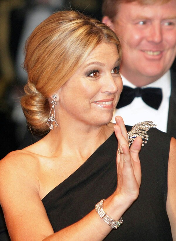 Máxima's best colors - The Argentina lady pops up in black. False harmony is created by her warm highlights and warm make-up.