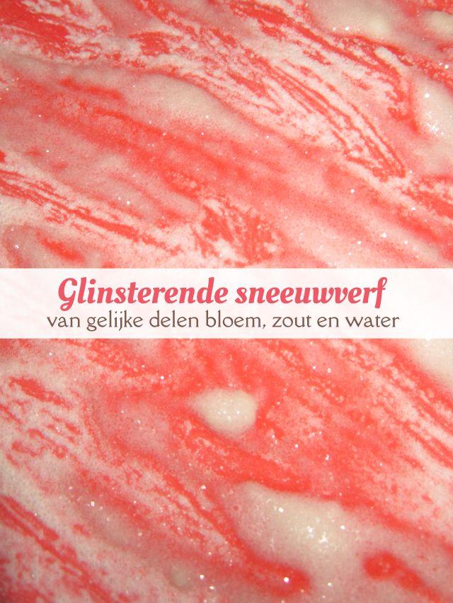 Knutselproject met glinsterende sneeuwverf, gemaakt van gelijke delen, bloem, zout en water. van: www.mizflurry.nl