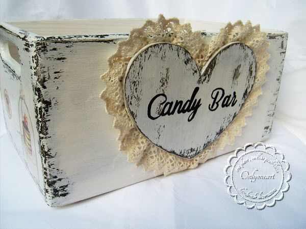 Casket shabby chic - Candy bar is a perfect casket for wedding or baptism. Loves to be the center of attention and likes cookies of any kind, however, most love muffins. It is decorated with two faces: one perfect for an elegant wedding and one for any occasion, be it a christening, a simple party or even your home.