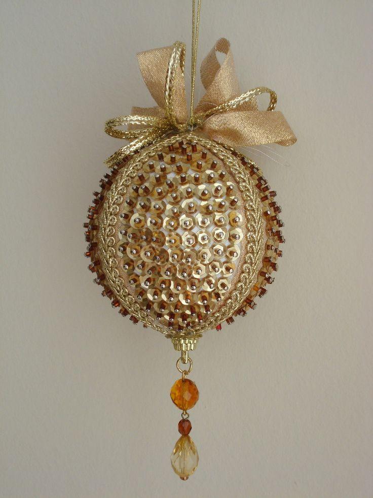Pingente natalino confeccionado com bola de isopor e alfinetes, adornado com lantejoulas, cristais, pedrarias, fitas e galões.