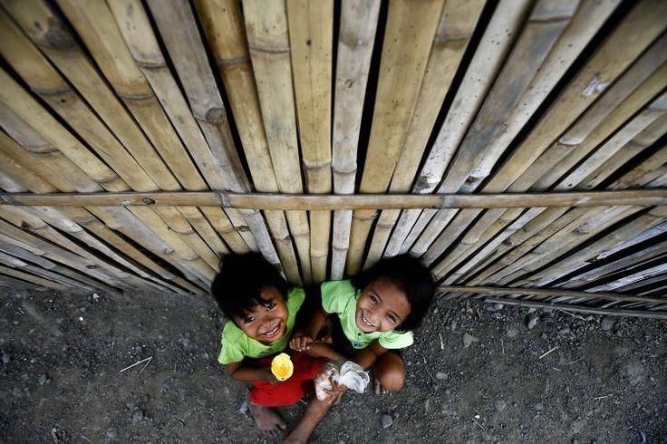 """Keine Angst vor dem Taifun: Der mächtige Taifun """"Hagupit"""" hat auf den Philippinen schwere Verwüstungen angerichtet. Doch die Bevölkerung ist gerüstet - es ist bereits der 18. Wirbelsturm, der in diesem Jahr über die Philippinen hinwegfegt. Mehr Bilder des Tages auf: http://www.nachrichten.at/nachrichten/bilder_des_tages/ (Bild: EPA)"""