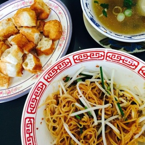 Cambodian noodles 🍜 with Chinese donuts 🍞 at a Vietnamese restaurant 😋 | #iclimbhillsforcarbs #cambodian #noodles #sanjose #essj #pho #chinesedonuts (at Nam Vang Restaurant)