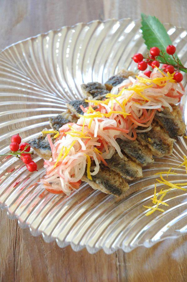 鰯と紅白なますのエスカベッシュ(洋風おせち) by 川島令美 / 紅白なますを洋風にアレンジ。鰯が入ることで、メインとしても頂けます。 / Nadia