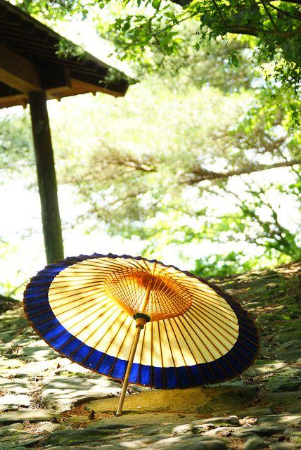 古道と和傘。の画像(写真)