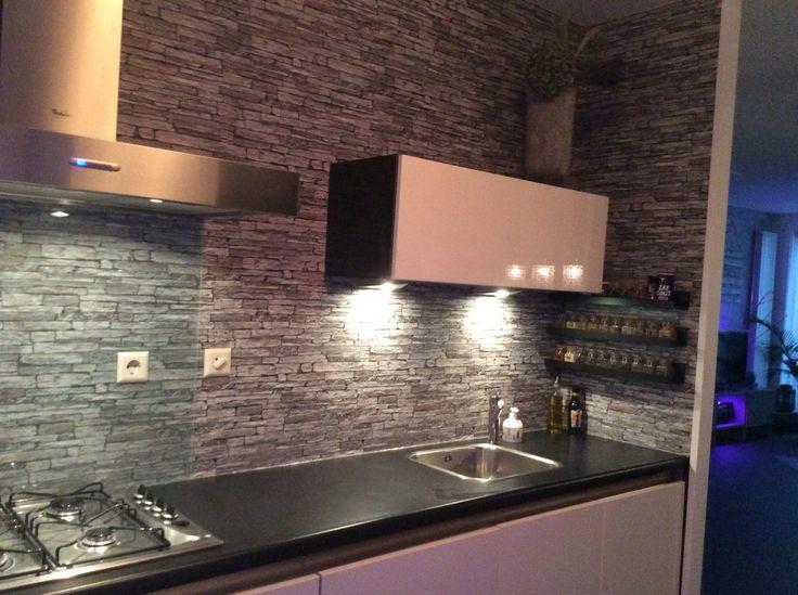 Keuken gerestyled met een rol behang en blanke lak . Totale kosten incl kit 27 euro