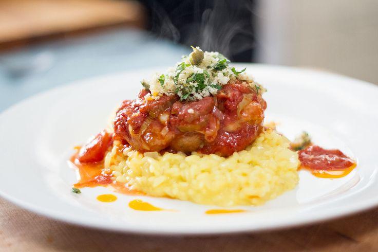 Traditionnellement, on cuisine de l'osso buco (traduit littéralement : os troué) avec des jarrets de veau. Mais, comme cette pièce de viande est relativement coûteuse, on peut également faire la recette avec des tibias de porc, qui sont moins chers, mais tout aussi délicieux, et ce, jusqu'à la moelle.