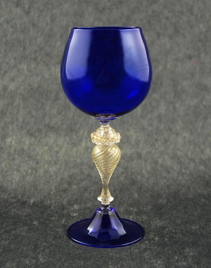 Descrizione  Creazione raffinata, figlia del gusto del Maestro vetraio, questo calice è realizzato in vetro di Murano soffiato a bocca. Il vaso, cla...