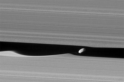 НАСА представило качественные снимки колец Сатурна http://mnogomerie.ru/2017/02/01/nasa-predstavilo-kachestvennye-snimki-kolec-satyrna/  Космический аппарат «Кассини» сделал детализированные фотографии колец Сатурна. Снимки опубликованы на сайте НАСА. Изображения высокого разрешения позволяют разглядеть объекты, чей диаметр достигает всего лишь 550 метров. Фотографии были сделаны, когда зонд проходил мимо внешнего края системы колец газового гиганта. Это позволило ему запечатлеть такие…
