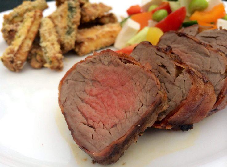 Mør og lækker oksemørbrad fra danske Galloway, svøbt i bacon med sprøde LCHF squashfritter og blandet salat