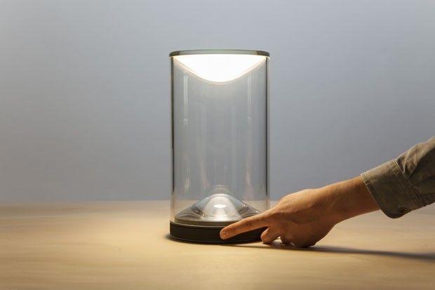 Um dos mais recentes lançamentos do escritório Foster + Partners com a marca de luminárias Lumina foi inspirado em um antigo candeeiro. As formas limpas e minimalistas de Eva trazem o frescor de uma releitura elegante, traduzida em um cone flutuante que emana luz quente, semelhante a de uma vela.